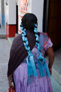 街中の女性の写真素材 [FYI04008971]