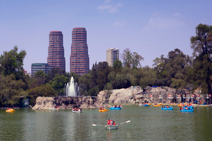 チャプルテペック公園と湖の写真素材 [FYI04009018]