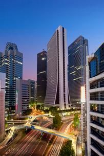 高層ビルと青梅街道夜景の写真素材 [FYI04009020]