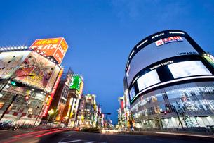 新宿通り夜景の写真素材 [FYI04009031]