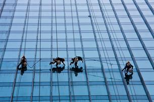ビルのガラス窓磨きの写真素材 [FYI04009052]