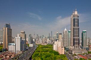 高速道路と上海香港新世界大厦の写真素材 [FYI04009068]