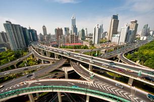交差する高速道路の写真素材 [FYI04009069]