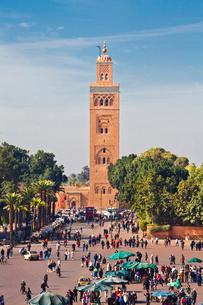 Djemaa el-Fna Square-Koutoubia Towerの写真素材 [FYI04009155]