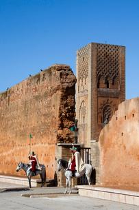Gardmen and Hassan II Towerの写真素材 [FYI04009252]