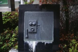 電話交換業務開始の地碑の写真素材 [FYI04009338]