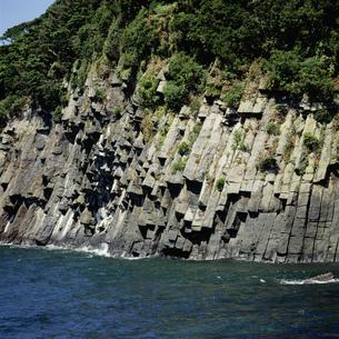 柱状節理の岩壁の写真素材 [FYI04009348]