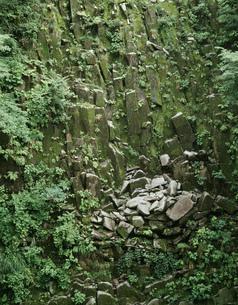 樽滝の柱状節理の岩肌の写真素材 [FYI04009391]