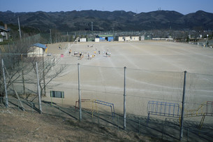 武蔵台小学校校庭の昼下がりの写真素材 [FYI04009435]