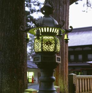 三峰神社 常夜灯の写真素材 [FYI04009436]