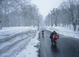 雪の日の郵便配達 妙高高原の写真素材 [FYI04009450]