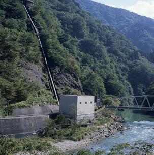 庄川沿の小型発電所の写真素材 [FYI04009504]