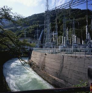 関電鳩谷発電所と放水路の写真素材 [FYI04009506]