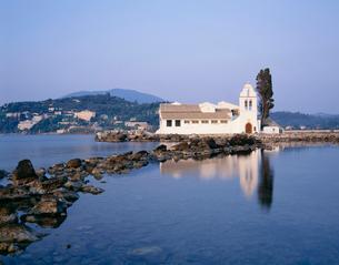 教会と静寂な海の写真素材 [FYI04009606]