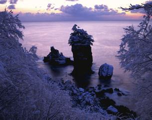 雪景色の三王岩の夜明けの写真素材 [FYI04009634]
