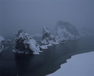 雪降る浄土ヶ浜の写真素材 [FYI04009697]
