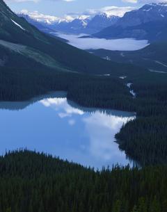 ペイト・レイクと雲  バンフ国立公園 カナダの写真素材 [FYI04009730]