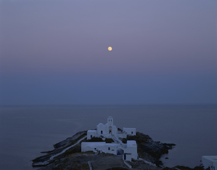 満月と教会 シフォノス島 ギリシヤの写真素材 [FYI04009734]