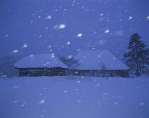 雪の夜の民家 岩手県の写真素材 [FYI04009736]