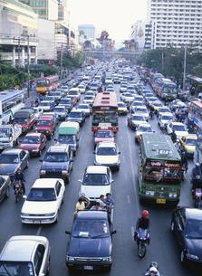 渋滞する道 1月 バンコク タイの写真素材 [FYI04010856]