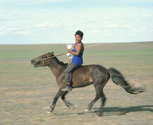 馬に乗った少年の写真素材 [FYI04010952]