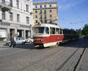 市内を走る電車の写真素材 [FYI04010988]