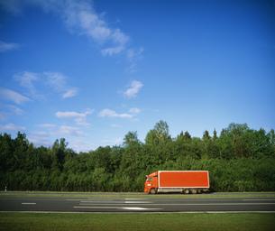 赤いトラック A2号線の写真素材 [FYI04010998]