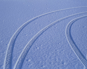 雪とタイヤの跡の写真素材 [FYI04011347]