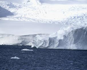 海峡の白い島の写真素材 [FYI04011436]