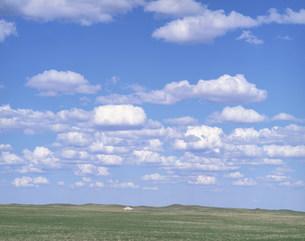 草原に浮く白い雲の写真素材 [FYI04011447]