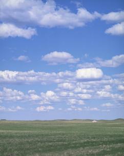 草原に浮く白い雲の写真素材 [FYI04011449]