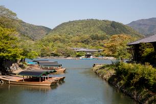 水路から遊船と小倉山を望むの写真素材 [FYI04014414]