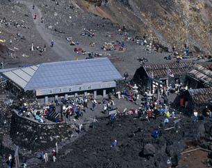 富士山頂 休息する登山者の写真素材 [FYI04014580]