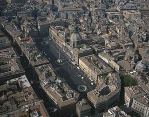 ナヴォーナ広場(航空写真) 5月  ローマ イタリアの写真素材 [FYI04014592]