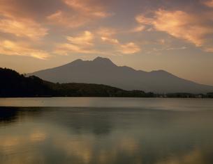 妙高山と野尻湖の写真素材 [FYI04014667]