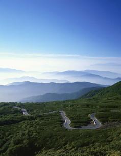 山岳道路と山並みの写真素材 [FYI04014681]