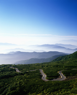 乗鞍岳 山岳道路と山並みの写真素材 [FYI04014685]