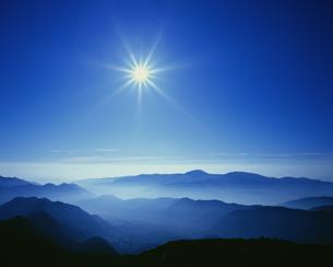 太陽と山並み 乗鞍岳の写真素材 [FYI04014686]