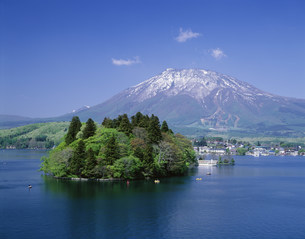 黒姫山と野尻湖の写真素材 [FYI04014816]