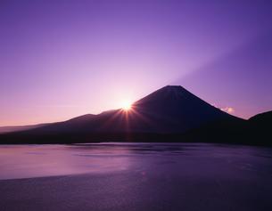 朝陽と富士山と本栖湖の写真素材 [FYI04014883]