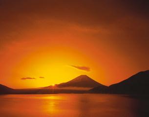 富士山と朝陽の写真素材 [FYI04014902]