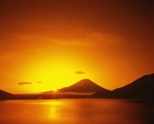 本栖湖より望む富士山と朝陽の写真素材 [FYI04014909]