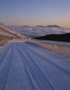 雪の道と浅間山の写真素材 [FYI04014915]