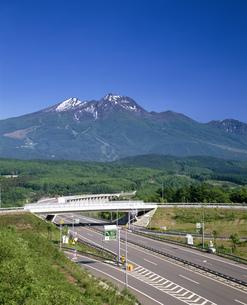 妙高山と高速道の写真素材 [FYI04014939]