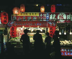遼寧街夜市の写真素材 [FYI04016277]