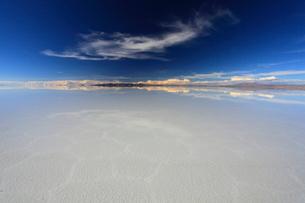 雨水で満たされたウユニ塩湖の写真素材 [FYI04016341]