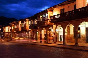 アルマス広場横の回廊の夜景の写真素材 [FYI04016343]
