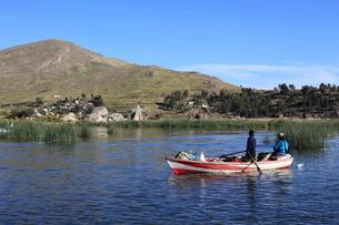 早朝に漁をする家族の写真素材 [FYI04016348]