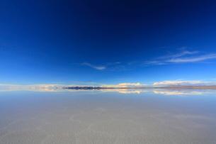 雨水で満たされたウユニ塩湖の写真素材 [FYI04016359]
