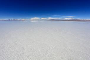 雨水で満たされたウユニ塩湖の写真素材 [FYI04016362]